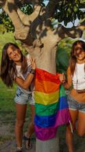 Chicas Lesbianas Con La Bandera Del Movimiento LGBT O LGTB En Un Parque Publico