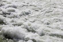 激しく波立っている川