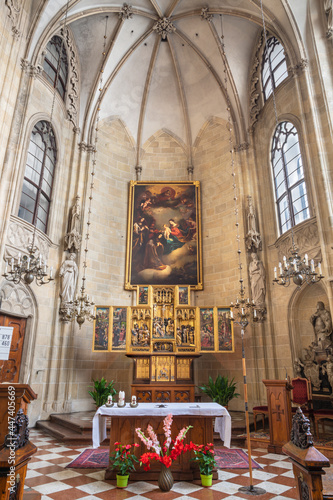 Valokuvatapetti VIENNA, AUSTRIA - JULI 5, 2021: The presbytery of Teutonic Order church or Deutschordenkirche withe Flemish winged triptych, a polychromed altarpiece from year 1520