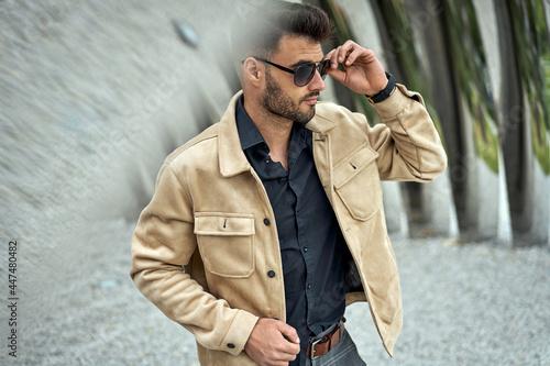Handsome man in sunglasses wear bomber jacket Fototapet
