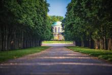 Historisches Bibliotheksgebäude In  Hannover Mit Blick Von Der Herrenhäuser Allee