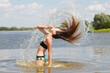 Fontanna z włosów nad rzeką