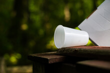 Plastikowy Kubek Zostawiony W Lesie