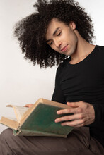 Hombre Joven Lee Un Libro Grande Viejo Y Verde