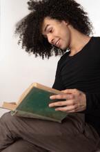 Hombre Joven Lee Un Libro Viejo