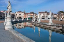 Padova. Prato Della Valle. Canale Con Statue Di Personaggi Del Passato.