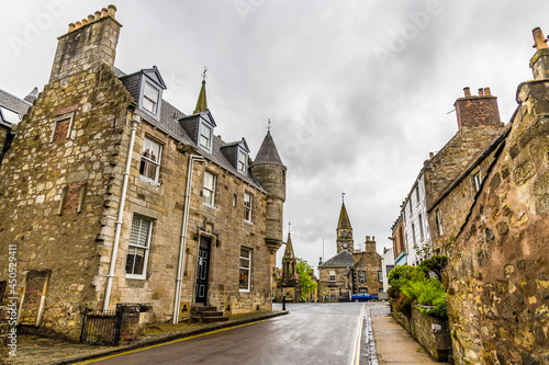 Photo A view up the High Street in Falkland, Scotland on a summers day