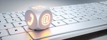 Weisser Würfel Mit Leuchtenden Kommunikations-Symbolen Auf Weisser Tastatur
