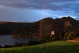 Fototapeta Tęcza - widok na jezioro i piękna tęcza obok zamku Niedzica