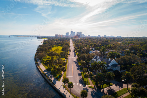 Photo Aerial shot over the scenic road where the ocean meets Downtown Saint Petersburg, Florida