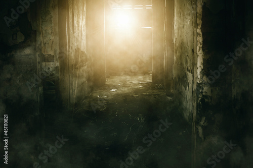 Photo Abandoned house with sunlight enter through window