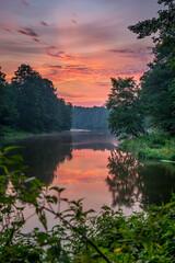 Rzeka o wschodzie słońca