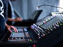 Un Technicien Et Sa Console Son Lors D'un Concert Dans Un Festival