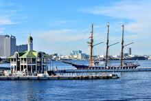 帆船が停泊する横浜ぷかりさん橋