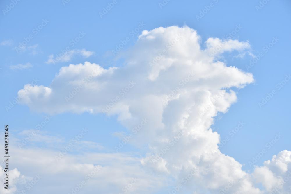 Białe chmury na błękitnym niebie