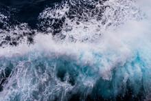 Spruzzi Sul Mare Tirreno Con Schiuma Dallo Scafo Del Traghetto Toremar Verso L'isola Del Giglio