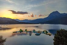 Coucher De Soleil Sur Le Lac De Serre-Ponçon Dans Les Alpes Du Sud En France