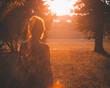 wieczór zachód dziewczyna kobieta odblaski flary