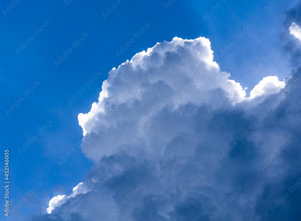 Słońce przebijające się przez chmury w Żorach