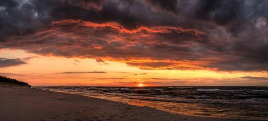 zachód słońca po burzy nad Morzem Bałtyckim na plaży