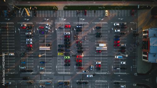 Zdjęcie parkingu z drona.