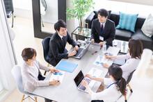 オフィスでビジネスミーティングをする会社員