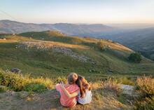 Miúdos A Apreciar Paisagem Ao Por-do-sol Na Montanha