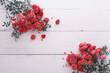 Kwiaty Róże leżące na deskach.