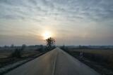 Fototapeta Na sufit - Słońce nad remontowaną drogą.