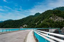黒部ダムの歩道と山並み
