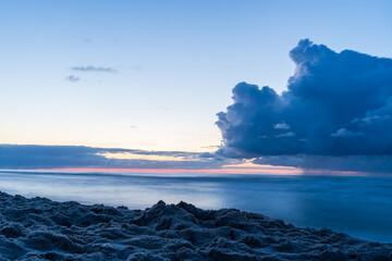 Ciemne chmury po zachodzie słońca w Karwii