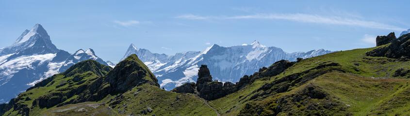 un panorama sur des reliefs alpins avec pâturage et forme géologique