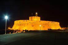 ギリシャ ロードス島のロードスのマンドラキ港に建つライトアップされた聖ニコラス要塞