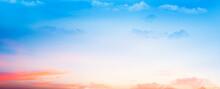 Panoramica De Un Atardecer Con El Cielo Lleno De Color