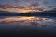 夕暮れの空を水面に反射する湖。日本の北海道の屈斜路湖。
