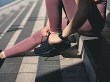 靴紐を結ぶアスリート