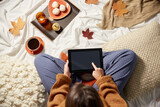 Fototapeta Kawa jest smaczna - people, technology and leisure concept - young woman with tablet pc computer at home in autumn