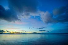 夜明けの空と海