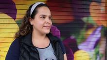 Joven Mujer A Tres Cuartos Con Diadema En Cabello Suelto Sonríe Y Fondo De Colores