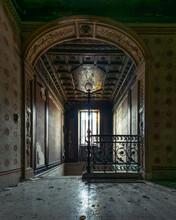 Antica Casa Abbandonata, Oscura Scala In Legno Con Finestra