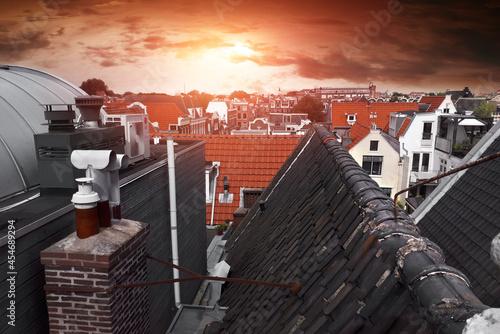 Dachy starego miasta w Amsterdamie