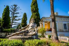 Dans Les Jardins De L'Achilléon, Palais De Sissi L'impératrice, à Corfou