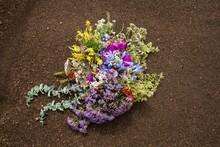 Arreglo Floral - Arreglo De Flores Coloridas - Flores En Ramo - Arreglo Floral En El Suelo