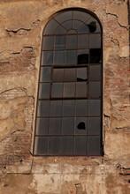 Une Fenêtre à Petits Carreaux Avec Beaucoup De Vitres Cassées Dans Une Usine Désaffectée