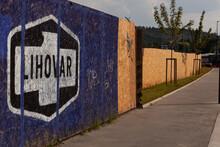 Le Nom Lihovar Inscrit En Grand Sur Un Panneau De Bois, Noir Blanc Et Bleu.