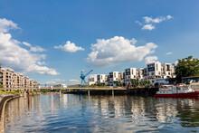 Moderne Neubau-Immobilien Am Wasser Im Hafen Offenbach Am Main, Hessen: Entwicklung Eines Neuen Wohnquartiers Einer Stadt Mit Eigentumswohnungen Und Apartments