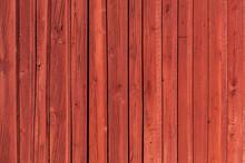 Schwedische Rote Hausfassade Aus Holz. Gerade Senkrechte Linien. Hintergrund. Swedish Red Wooden House Facade. Straight Vertical Lines. Background.