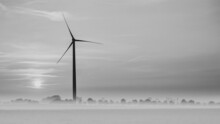 Eolienne En Noir Et Blanc Dans Un Léger Brouillard Au Lever Du Soleil