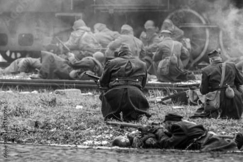 Rekonstrukcja historyczna bitwy z 1945 roku - nacierające odziały wojsk rosyjskich i polskich