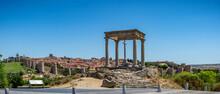 Vista Panorámica De La Histórica Ciudad De Ávila Desde El Mirador De Cuatro Postes, España, Con Sus Famosas Murallas Medievales. Patrimonio Mundial De La UNESCO.